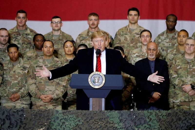 美國總統川普(圖中)對駐阿富汗美軍發表演講,右後方為阿富汗總統甘尼(Ashraf Ghani)。(路透)