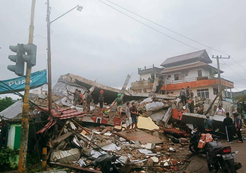 印尼今日凌晨發生規模6.2淺層強震,至少300棟房屋倒塌、受損。(美聯社)