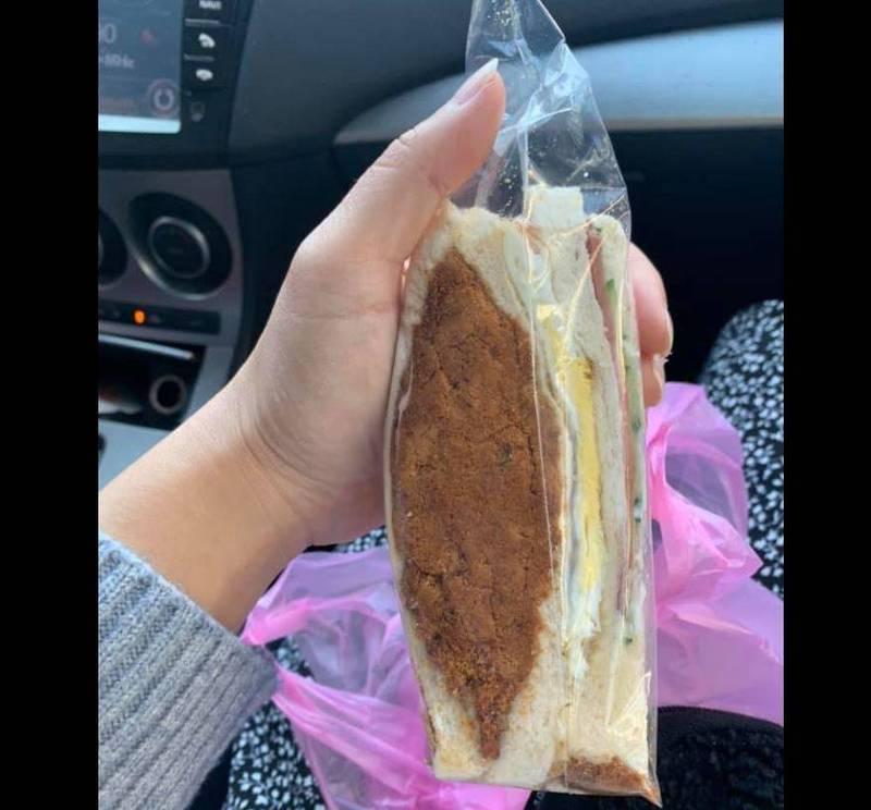 有網友在臉書分享於宜蘭某早餐店買的三明治,發現上頭的「肉鬆」多到滿出來,形狀更像極了台灣,讓網友忍不住驚呼「這買到賺到欸」、「被三明治耽誤的肉鬆」。(圖擷取自臉書《爆廢1公社》)