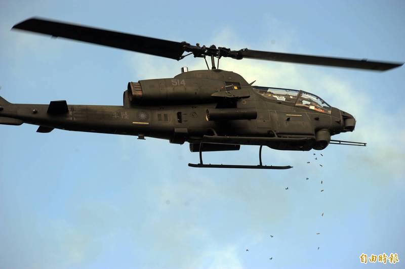 陸軍AH-1W直升機服役已有28年,雖然整體妥善率已達到部頒標準,但仍有機體結構老化等隱憂。圖為AH-1W直升機在漢光演習時進行實彈射擊,彈殼如雨般落下。(資料照)