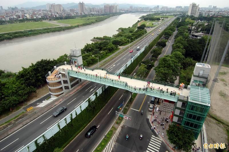 萬華騰雲里推太陽能節能減碳設施,騰雲人行陸橋上裝設太陽能面板,讓陸橋變成充電走廊。(資料照)