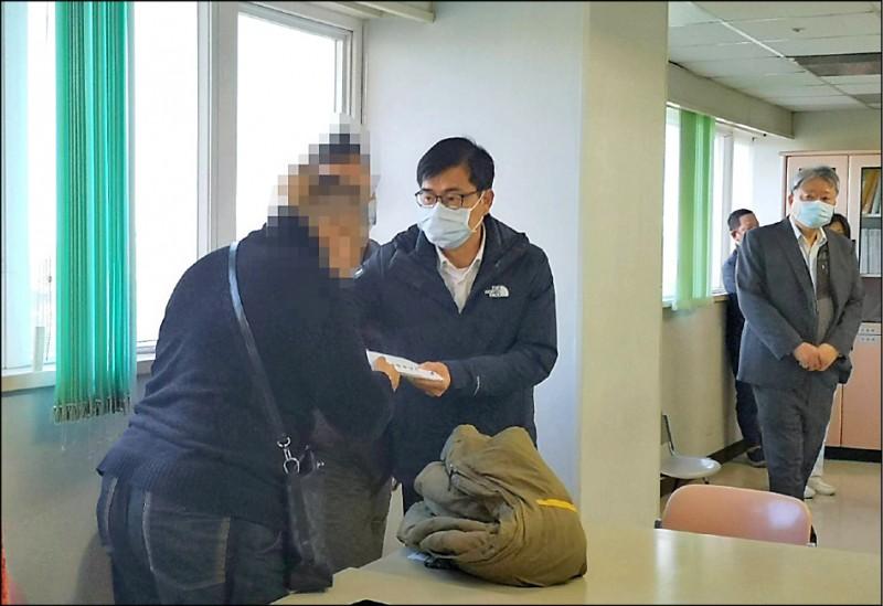 高雄市長陳其邁(中)致贈慰問金給家屬。(記者黃旭磊翻攝)