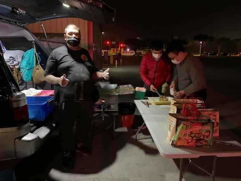 鹹酥雞攤商到醫護人員確診的北部醫院外炸熱騰騰的食物,送給醫護人員享用,盼為他們打氣。(擷取自網路)