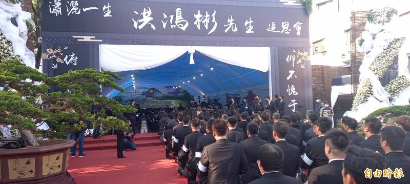 嘉義地方聞人洪鴻彬日前病逝,今天上午在嘉市上海路、青年街口舉行告別式。(記者丁偉杰攝)