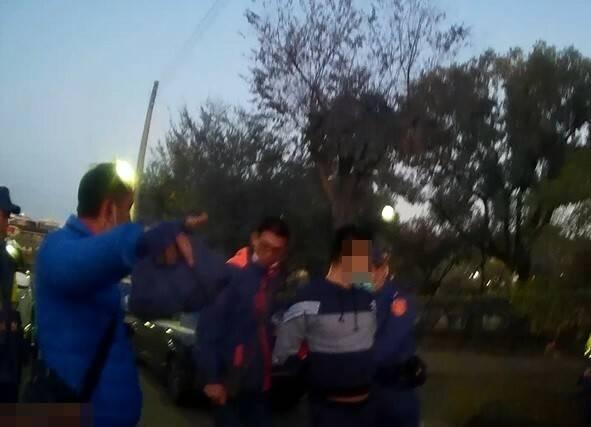 身穿藍色外套的巡佐秋義山,狂奔300公尺逮捕詐騙車手。(記者何宗翰翻攝)
