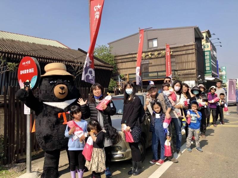 霧峰假日觀光巴士首航8成載客率,台灣觀光代言人喔熊組長也現身陪玩。(參山國家風景區管理處提供)