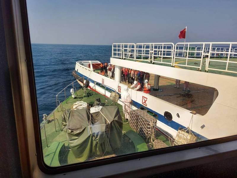 遇難船員自海巡10026艇安全接駁登上「東海113」救助船。(記者邱俊福翻攝)