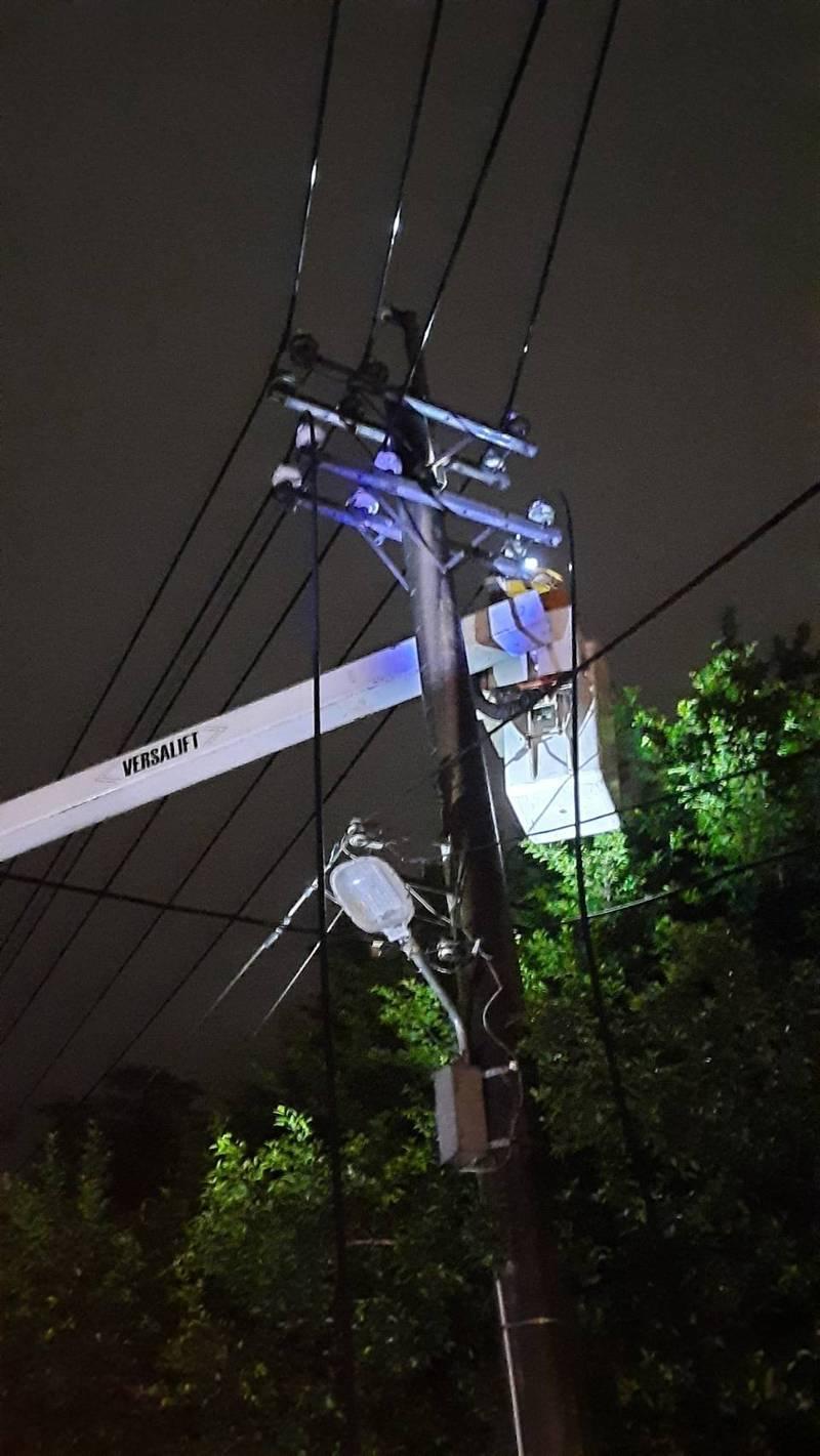 吊車扯到電線造成停電,台電人員搶修中。(記者林欣漢翻攝)