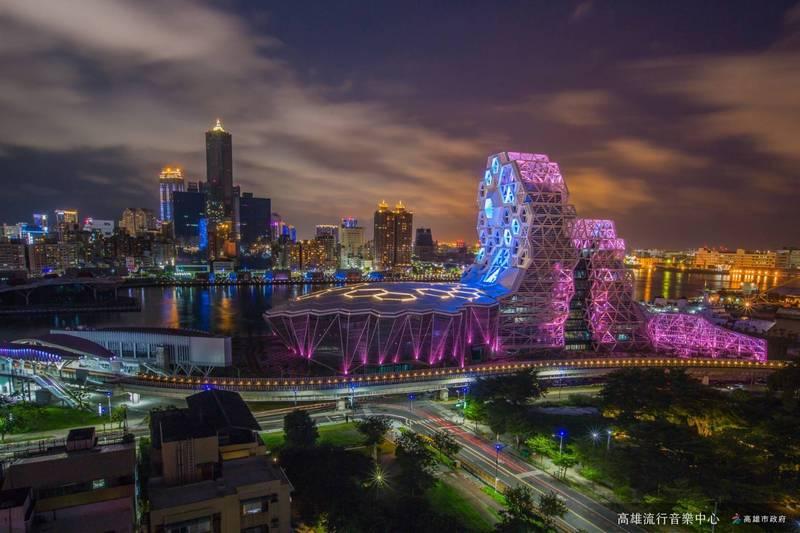 陳其邁邀外國遊客疫情後來高雄走走,圖為高雄流行音樂中心與八五大樓。(記者王榮祥翻攝)