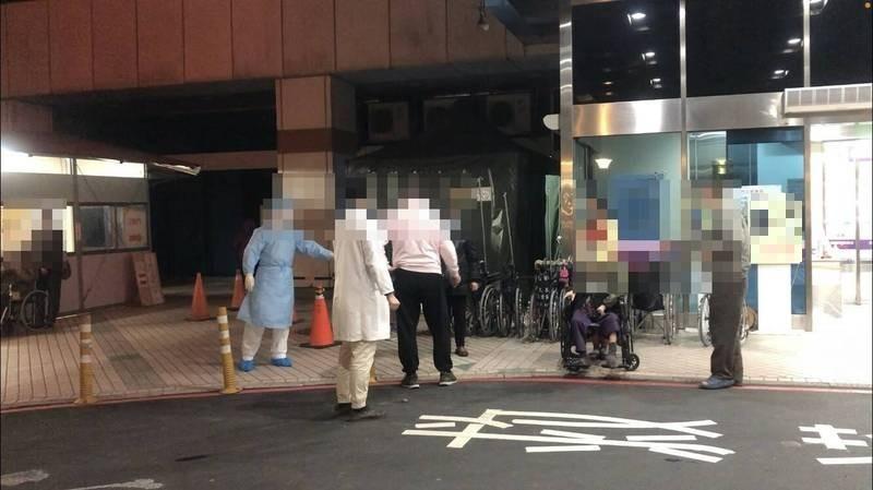 多位民眾今晚到北部醫院採檢。(記者周敏鴻攝)