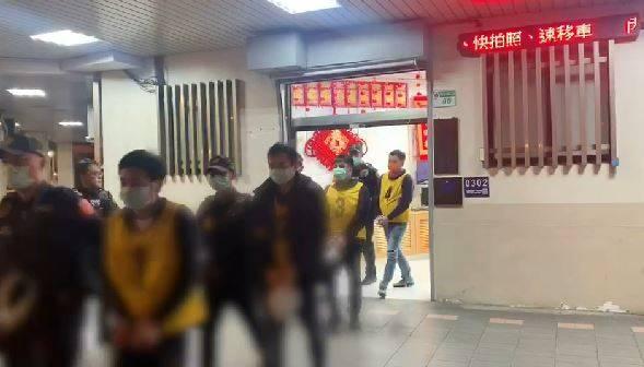 警方派出快打部隊壓制現場鬥毆並帶回8人。(記者劉慶侯翻攝)