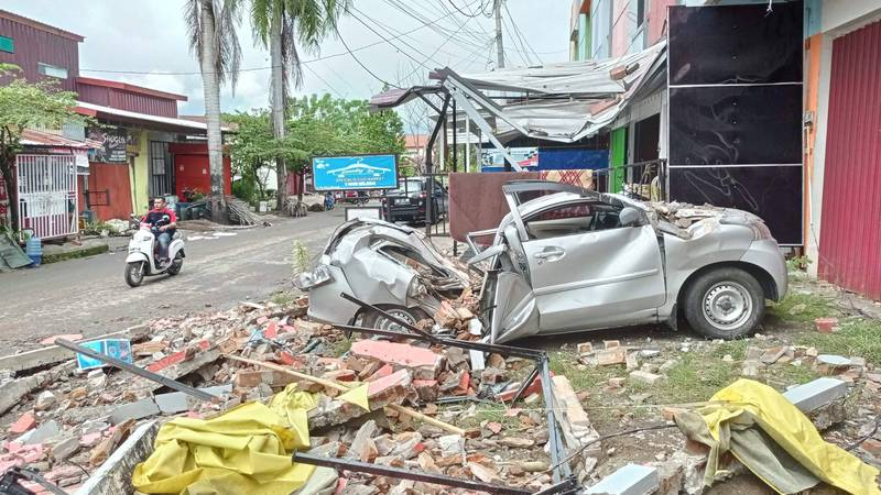 印尼蘇拉威西島15日發生規模6.2的淺層地震,目前造成至少67人死亡,數百人受傷。(法新社)