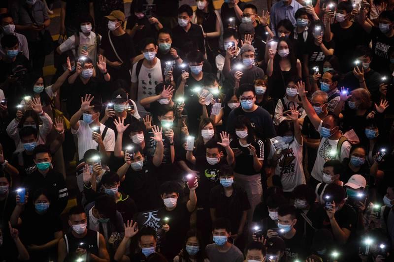 圖為2020年6月銅鑼灣和平表達訴求的反送中抗爭者。示意圖,與本文人士無關。(法新社)