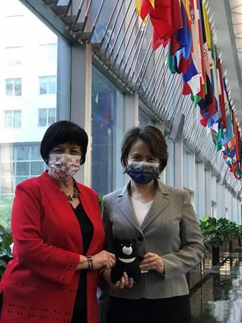 駐美代表蕭美琴15日美國務院國際組織局資深官員普賴爾(Pamela D. Pryor)會面時,出現「特別訪客」台灣黑熊。(圖擷取自推特)