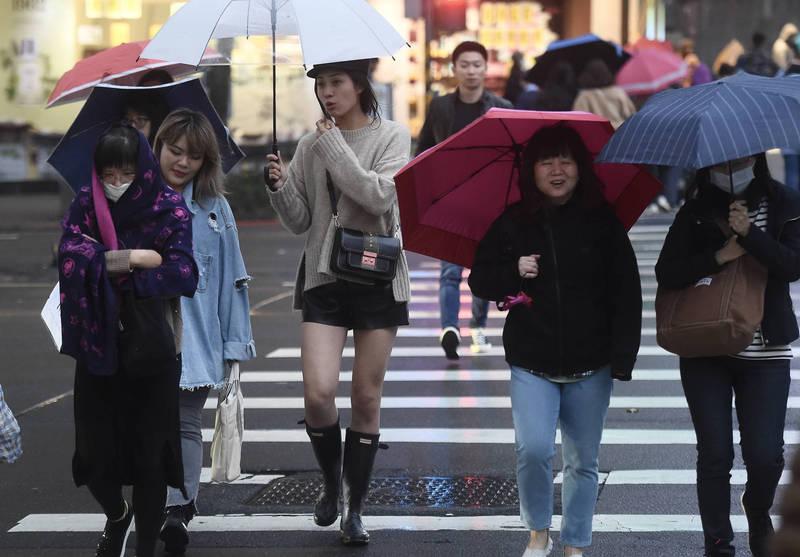 一波新的強烈冷氣團已經在傍晚起開始影響台灣,各地溫度明顯下降。(記者簡榮豐攝)