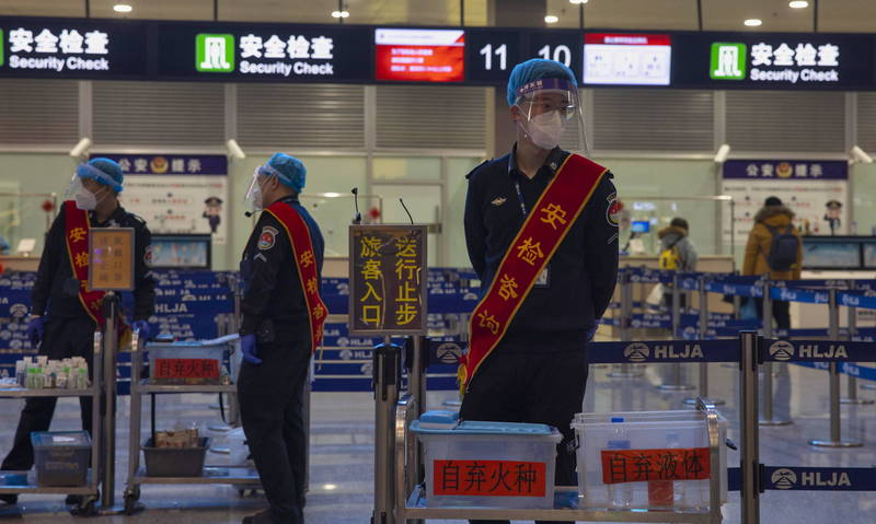 中國河北石家莊市全市居家防疫時間將延後至1月19日24時。圖為中國機場的防疫人員。(歐新社)