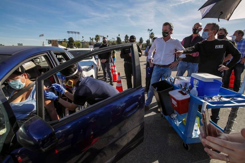 美國加州擴大疫苗施打,道奇球場在停車場設置大規模施打站,預計單日最多可幫1.2萬人接種疫苗。(法新社)