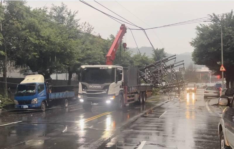 1輛吊車今天下午行經六堵工建路,不慎拉扯到電線,扯斷4根電桿,造成有803戶停電。(記者林欣漢翻攝)