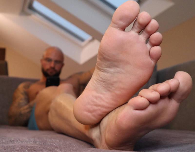 史托勒姆稱自己會用各種角度拍攝,讓自己的腳看起來更大更性感。(圖擷取自Jason Stromm推特)