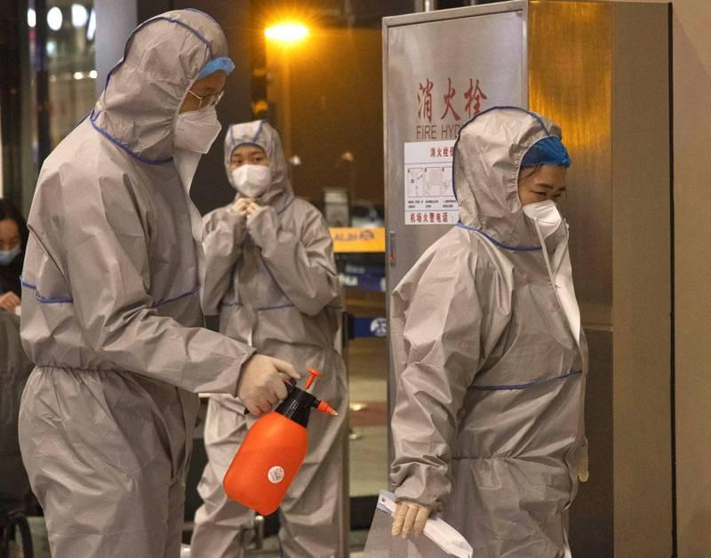 北京一家食品公司的男廁驗出武漢肺炎陽性,生產的麵包部分銷往江蘇宿城區,但尚未進入市面,圖為北京人員在機場進行消毒的情形。(歐新社)