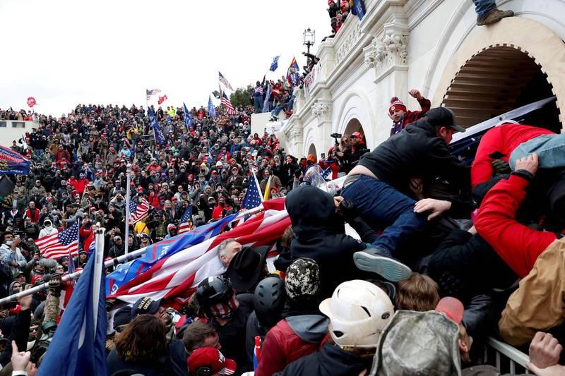 美國國會大廈6日發生暴動,員警受訪時說,遭群眾用金屬棍棒毆打、噴刺激性噴霧劑,甚至奪取裝備。(路透)