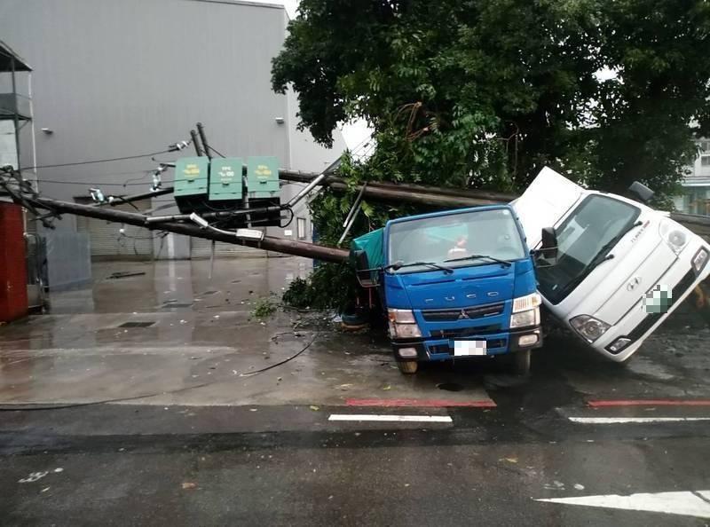 吊車扯斷電桿,路邊車輛慘被砸中。(記者林嘉東翻攝)