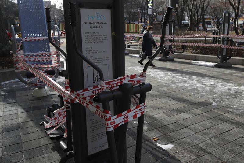 南韓再增580確診,由於群聚感染頻發,當局決定延長防疫響應。圖為被封鎖的公共設施。(美聯社)