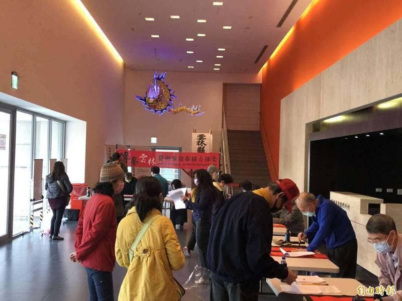 雲林超過50位書法名家及藝術家接力揮毫春聯,即日起在11處場館免費送。(記者黃淑莉攝)