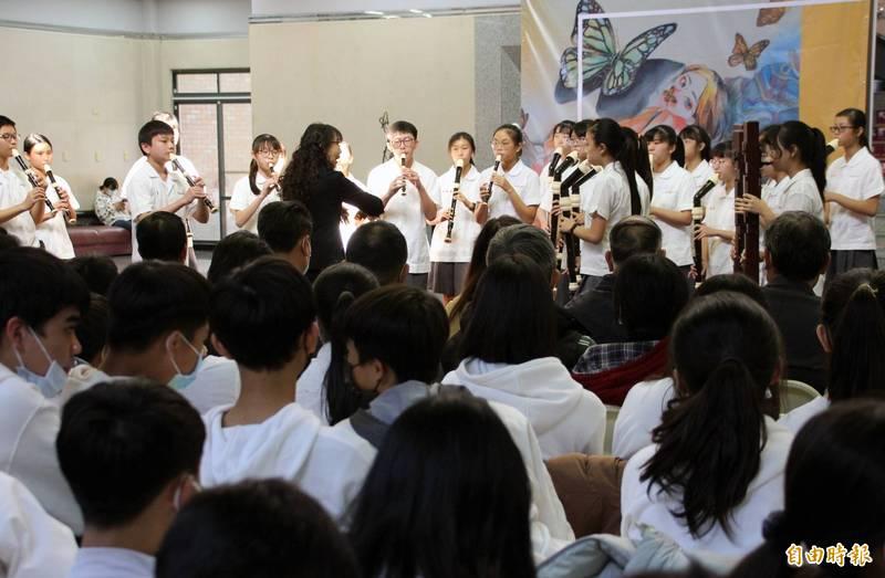 中港高中的直笛隊在中港高中國中部美術班畢業展開幕式演出。(記者歐素美攝)