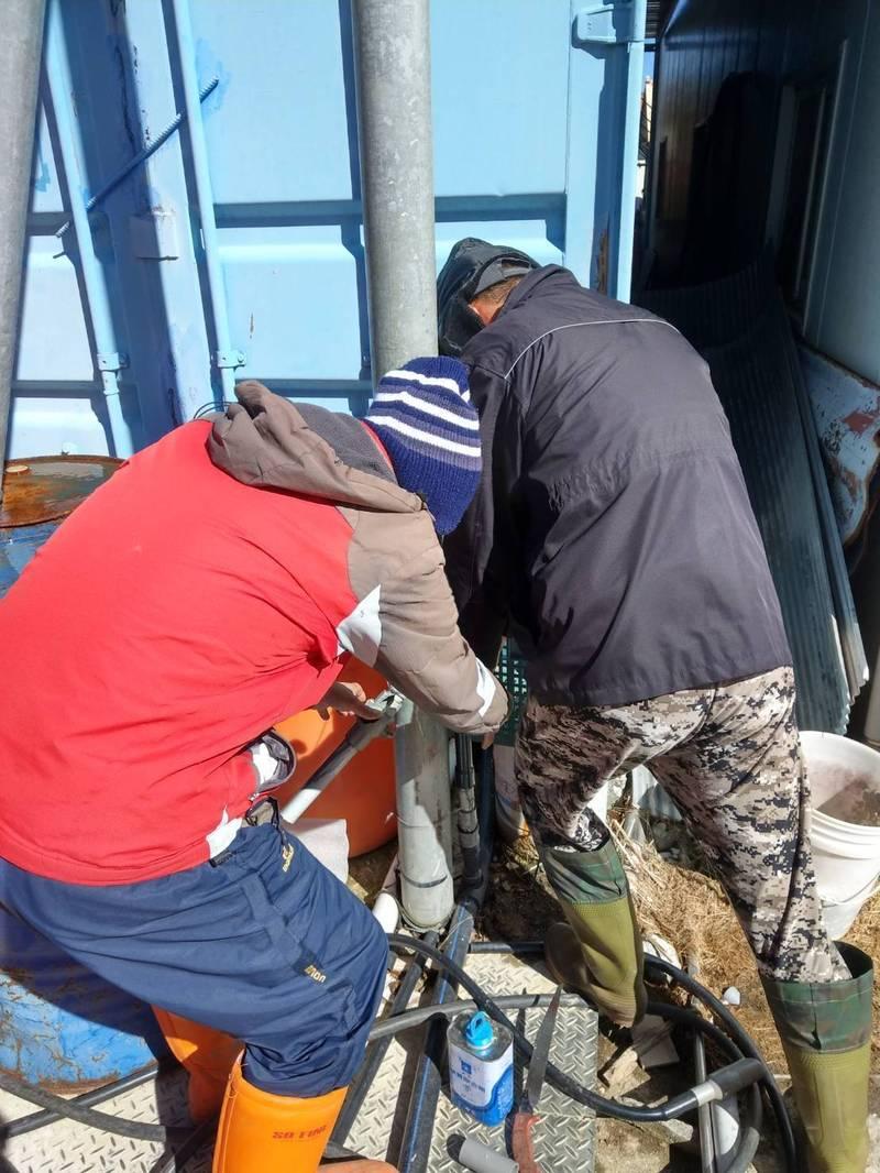 停雪後,福壽山農場的水電師傅正忙著更換水管。(擷取自福壽山農場臉書)