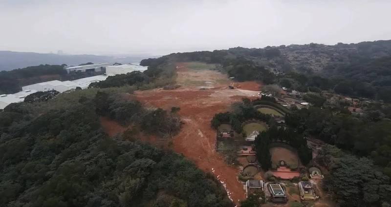 五股坑三段約1200坪山坡地,原規劃「廢棄物暫時貯存場」,但已遭廢止設置許可,民眾質疑,業者不但沒有恢復綠化,還有擴大開挖的情況。(新北市議員陳明義提供)