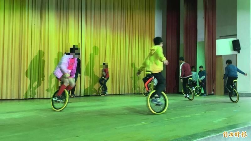 新竹縣政府跟無黨籍縣議員吳旭智等合作,推動獨輪車學習課程為全縣15名特教國中小學生找回專注力和信心。(記者黃美珠攝)