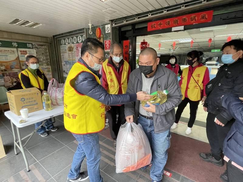 寒冬送暖助弱勢 坪林區公所攜手慈善團體做公益