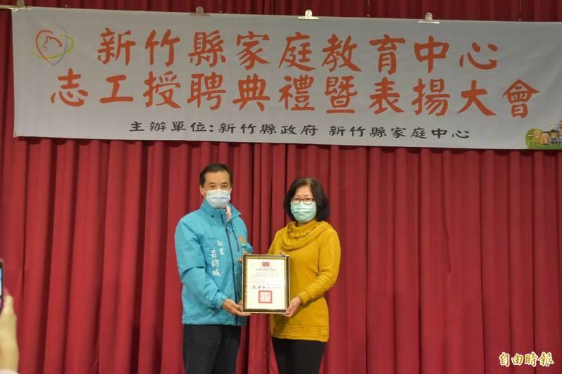 新竹縣家庭教育志工曾麗玲(右)因勤於服務他人,獲衛福部肯定是全國績優志工的金牌獎。(記者黃美珠攝)