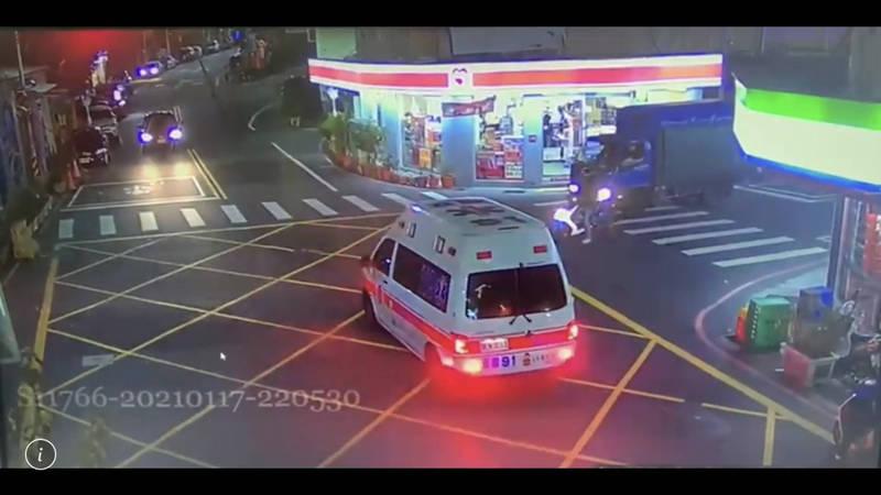 救護車抵達現場。(記者鄭景議翻攝)