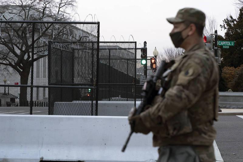 美國總統當選人拜登將於美東時間1月20日舉行就職典禮,華府及國會維安均升級,不過近日仍傳出有男子持假造的總統就職典禮證件,以及上膛手槍和超過500發子彈試圖闖關時,遭警察逮捕。圖為示意圖。(美聯社)