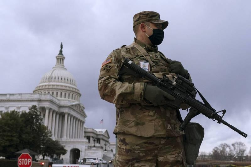 美國聯邦調查局(FBI)已通知全美警方,從16日開始至拜登20日就職總統當天,美國50州的議會大樓外都有可能出現武裝抗議行動。圖為國民警衛隊在國會大廈前站崗。(路透)