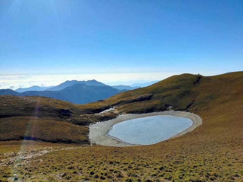 嘉明湖傳出冰封的消息,美景讓不少網友看了都驚呼連連。(山、水與浪人臉書提供)