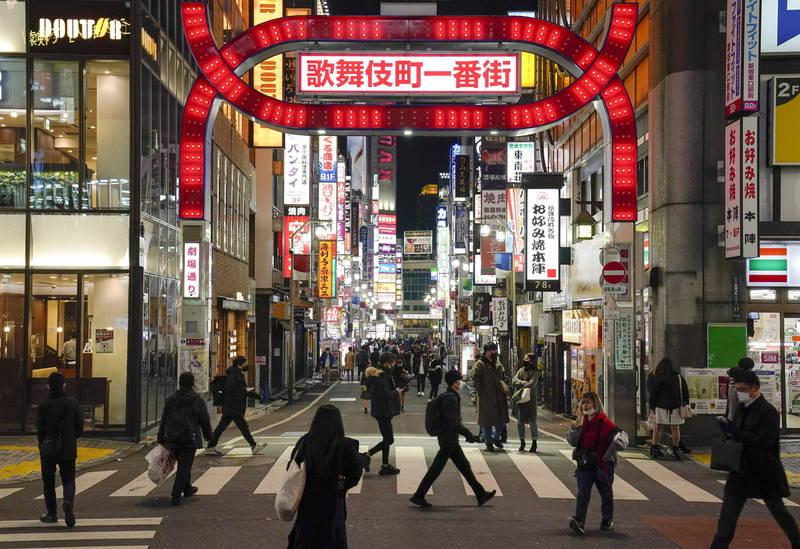 日本昨日單日新增7014例確診病例、56例死亡。圖為新宿歌舞伎町街景。(歐新社)