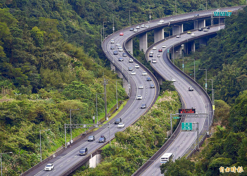 Vehicles drive along a section of Freeway No. 5 in New Taipei City's Pinglin District on Jan. 3. Photo: Peter Lo, Taipei Times
