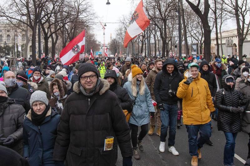近萬名不滿生活遭受限制的奧地利民眾16日卻湧入首都維也納街頭,抗議當局持續封鎖,圖為示威現場。(法新社)