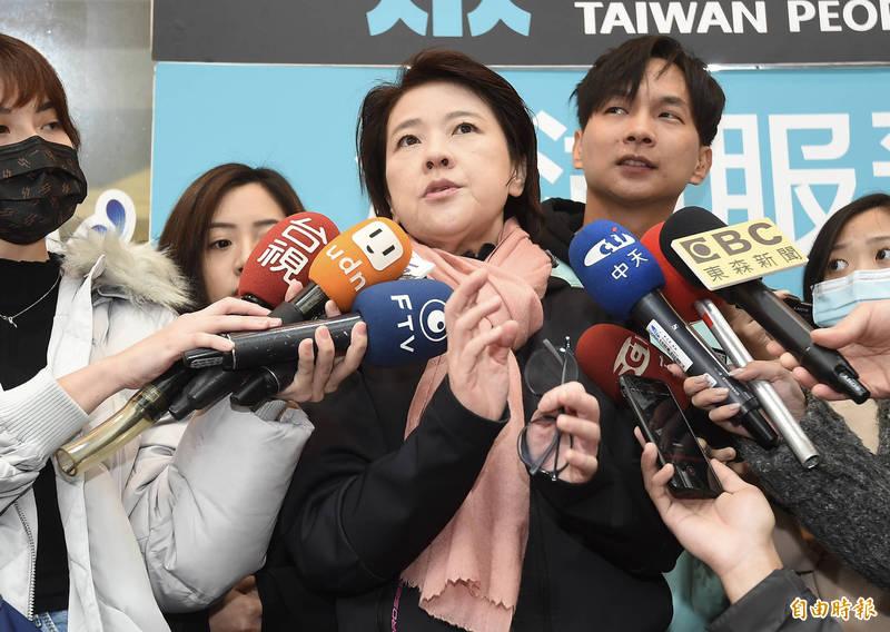 台北市副市長黃珊珊17日出席台灣民眾黨新春揮毫活動,接受媒體訪問。(記者簡榮豐攝)