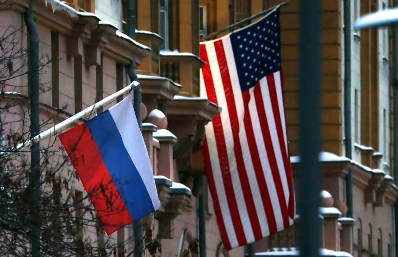 俄羅斯國安會副主席梅德維傑夫16日在俄媒《塔斯社》刊登專文,指出美俄關係接下來還是會維持極冷狀態,圖為俄國國旗(左)與美國國旗(右)。(歐新社)