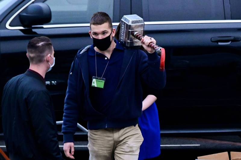 1名美國國家檔案和紀錄管理局工作人員從白宮辦公室起出一把槌子,外型酷似漫威英雄索爾的雷神之槌,只是上面刻著「TRUMP」(川普)。(路透)