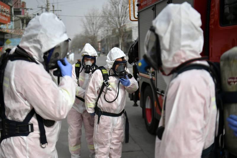 中國疫情狂燒,單日新增109確診、119無症狀。圖為石家莊消毒人員。(法新社)