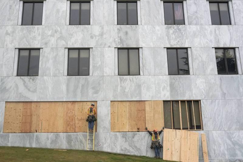 為避免總統就職日發生暴力事件,美國奧勒岡州議會將1樓窗戶釘上木板,防止民眾入侵。(法新社)