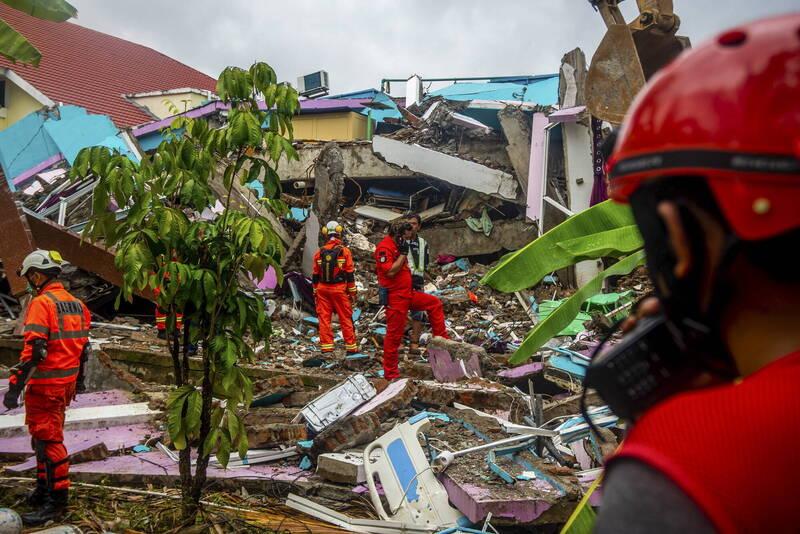 印尼災害防制署今日表示,上週五西蘇拉威西省發生地震後,目前已知73人遇難。(歐新社)