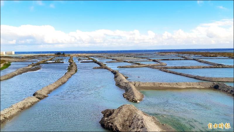 台東縣府與第八河川局合作打造卑南溪水覆蓋梯田,抑制風飛沙。(記者黃明堂攝)