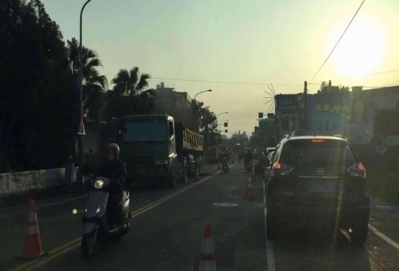 往來彰化市、和美鎮的交通要道彰草路等相關路段今天一早出現大塞車,原本的雙向道路僅剩單線通行,用路人氣得飆罵。 (記者湯世名翻攝)