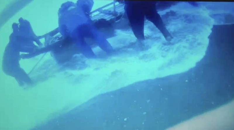 膠筏出港船員遭大浪拍打落海,海巡火速救援。(記者黃明堂翻攝)